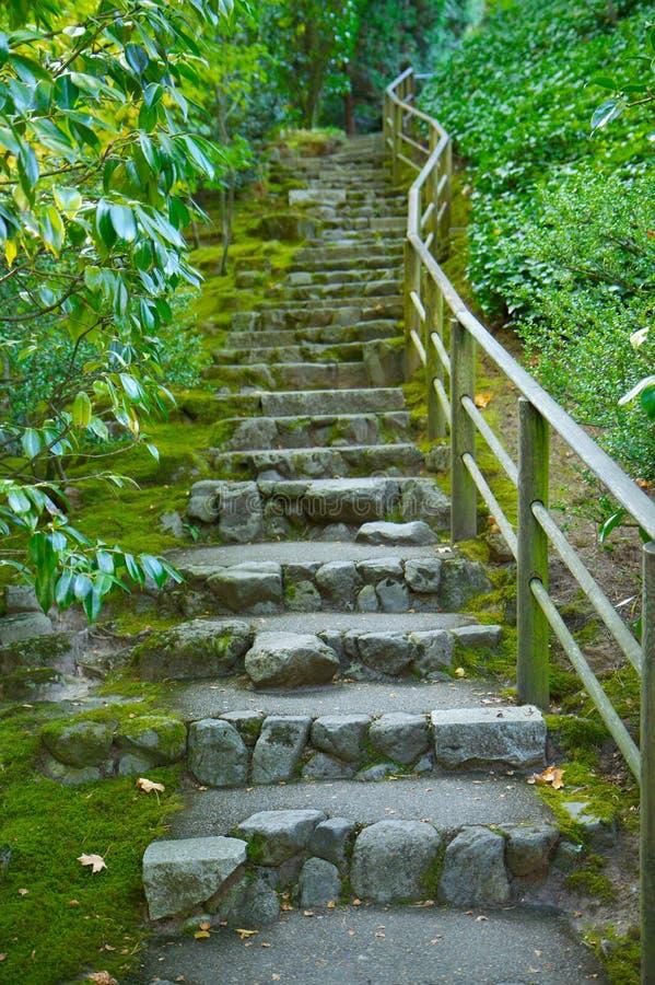 escalera japonesa de la piedra del jard n foto de archivo