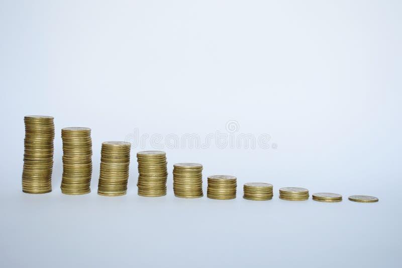 Escalera a la riqueza de las monedas de oro aisladas en blanco fotos de archivo