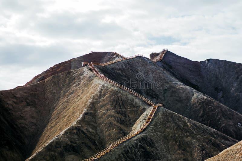 Escalera larga en la montaña desnuda fotos de archivo libres de regalías