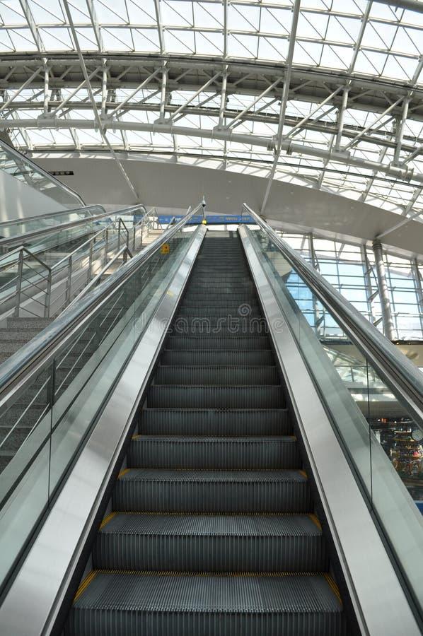 Escalera móvil del aeropuerto que sube imagen de archivo libre de regalías
