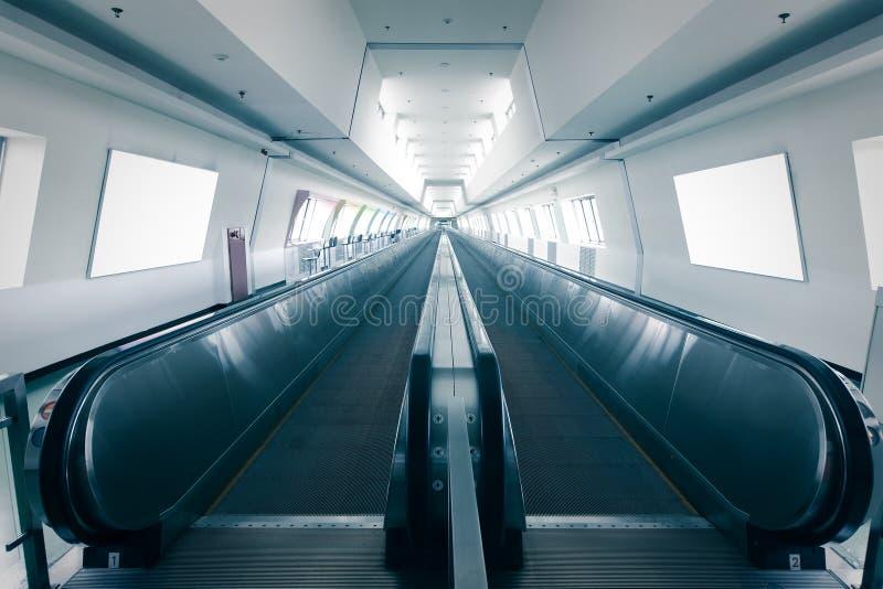 Escalera móvil en aeropuerto imágenes de archivo libres de regalías