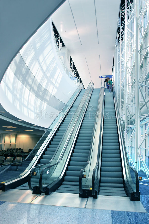 Escalera móvil en aeropuerto moderno fotografía de archivo