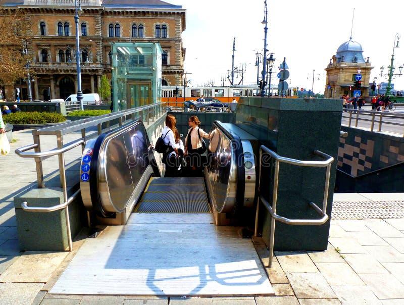 Escalera móvil en Budapest al nivel de la calle de la estación de metro fotos de archivo
