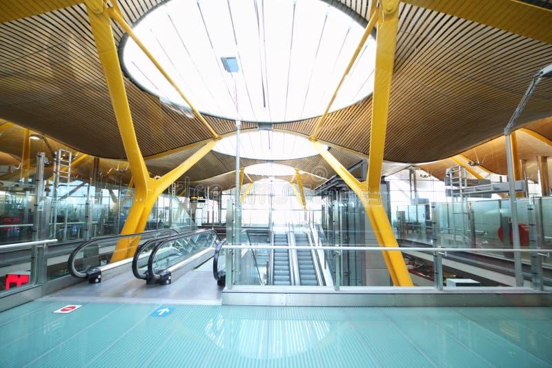 Escalera móvil en el aeropuerto de Madrid Barajas imagen de archivo
