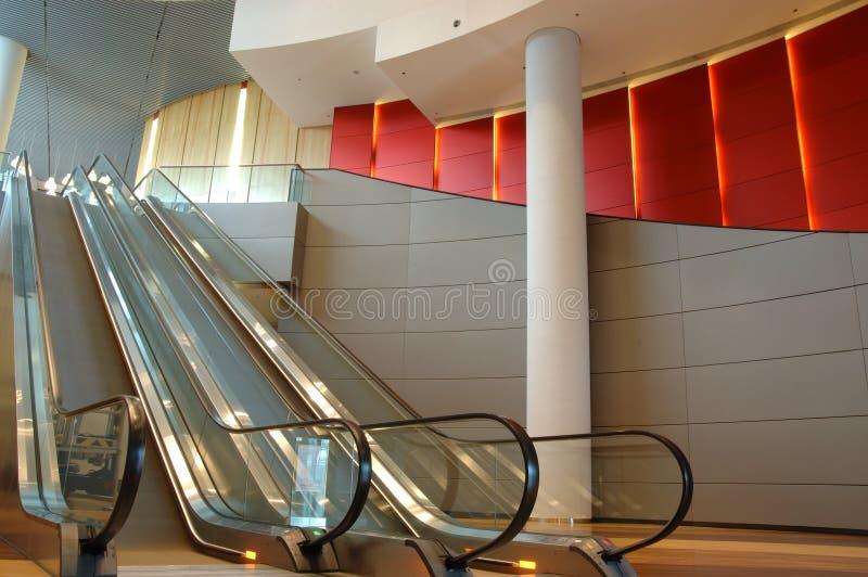 Escalera móvil en el edificio del asunto fotografía de archivo libre de regalías