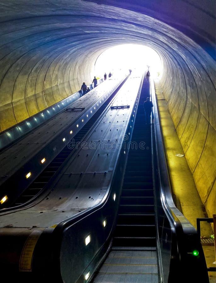 Escalera móvil en la estación de metro de la avenida de Potomac del Washington DC, mirando para arriba fotografía de archivo libre de regalías