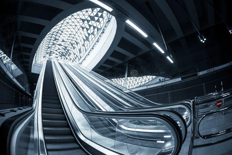 Escalera móvil móvil en el centro de negocios imagen de archivo
