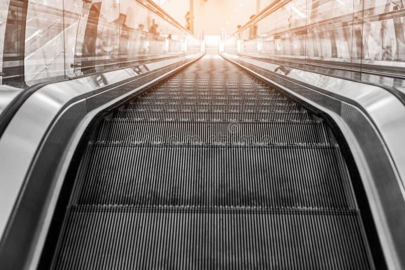 Escalera móvil o escalera móvil en centro comercial imagen de archivo