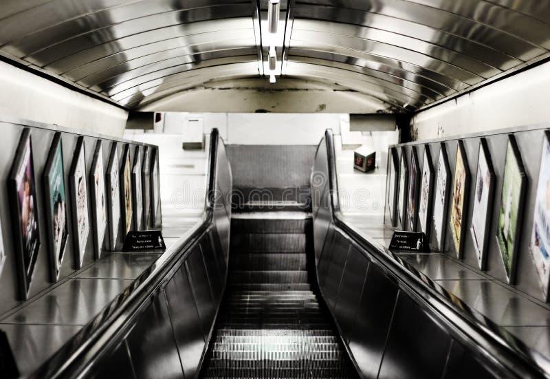Escalera móvil subterráneo de Londres imágenes de archivo libres de regalías