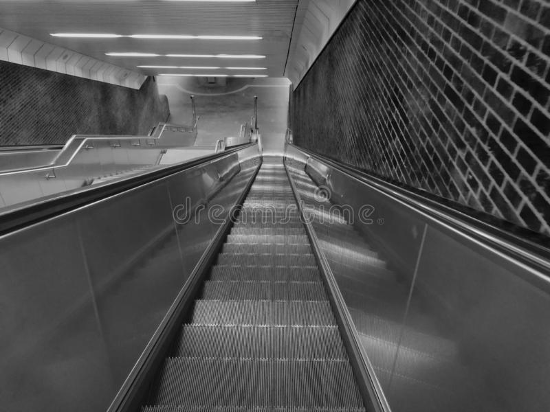Escalera móvil subterráneo escarpada y larga fotografía de archivo