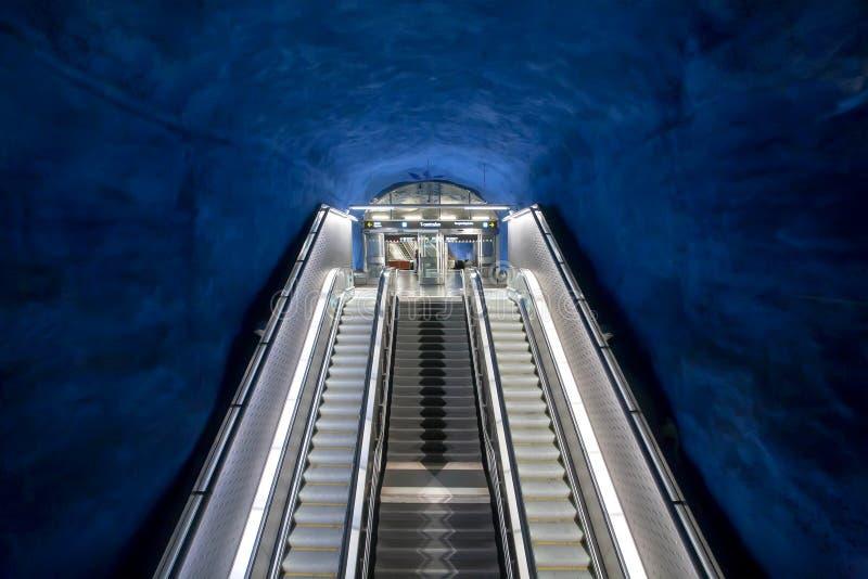 Escalera móvil vacía en túnel de la estación del metro con diseño colorido fotografía de archivo