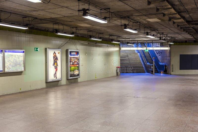 Escalera móvil y escalera en una estación de metro fotos de archivo