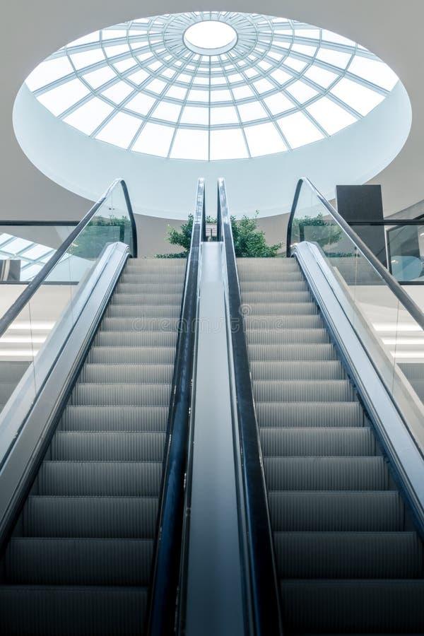Escalera m?vil en el centro comercial imagen de archivo libre de regalías