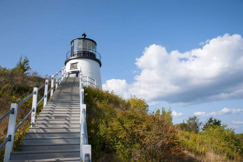 Escalera a Maine Lighthouse Over Cliff imagen de archivo