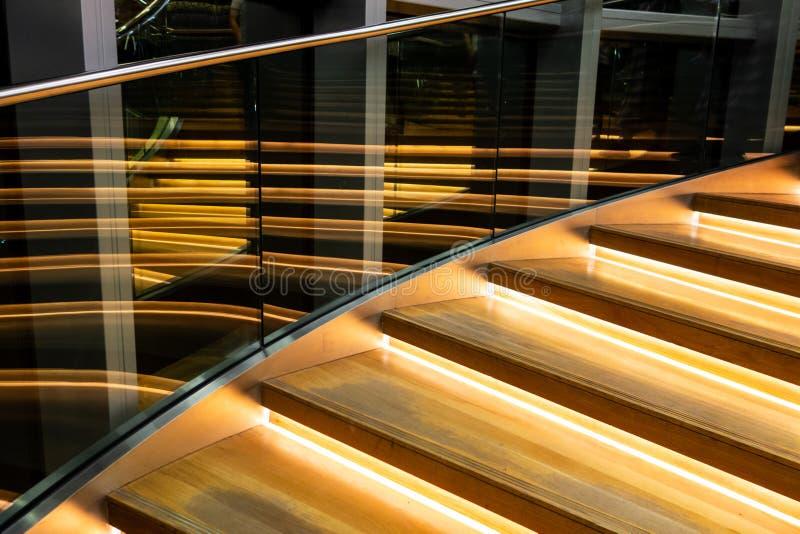 Escalera moderna con los paneles y la verja de cristal fotos de archivo