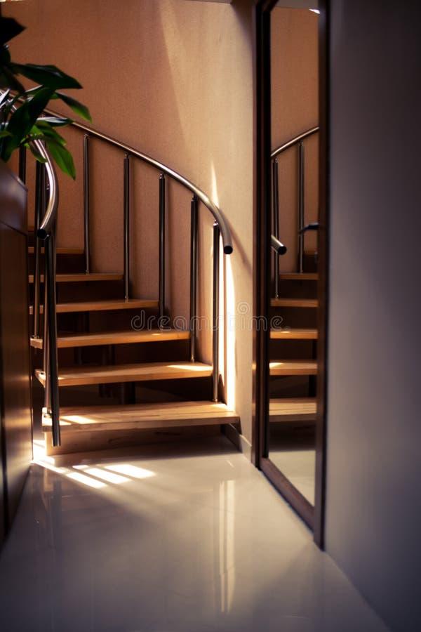 Escalera moderna de la madera de roble foto de archivo
