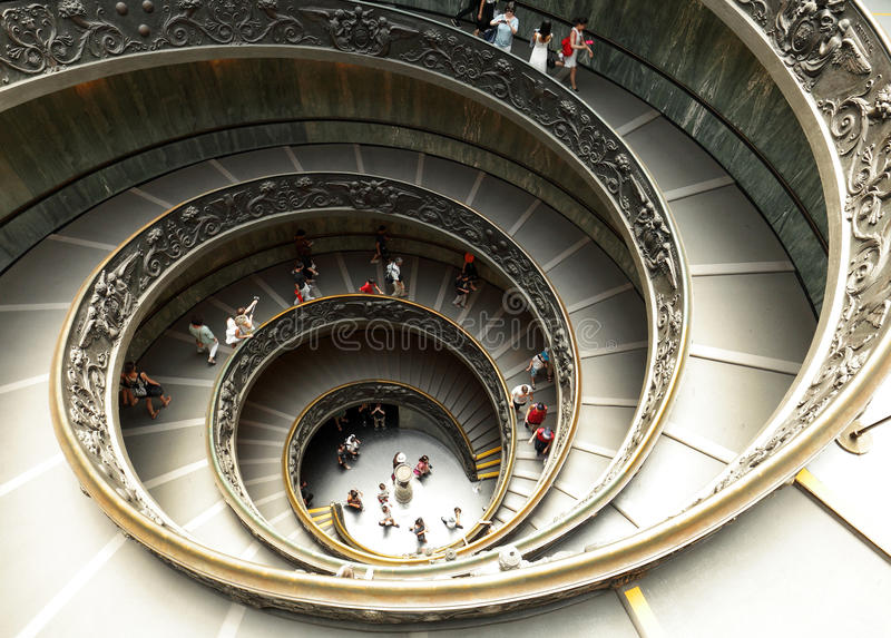Escalera moderna del doble hélice en museo del Vaticano fotos de archivo
