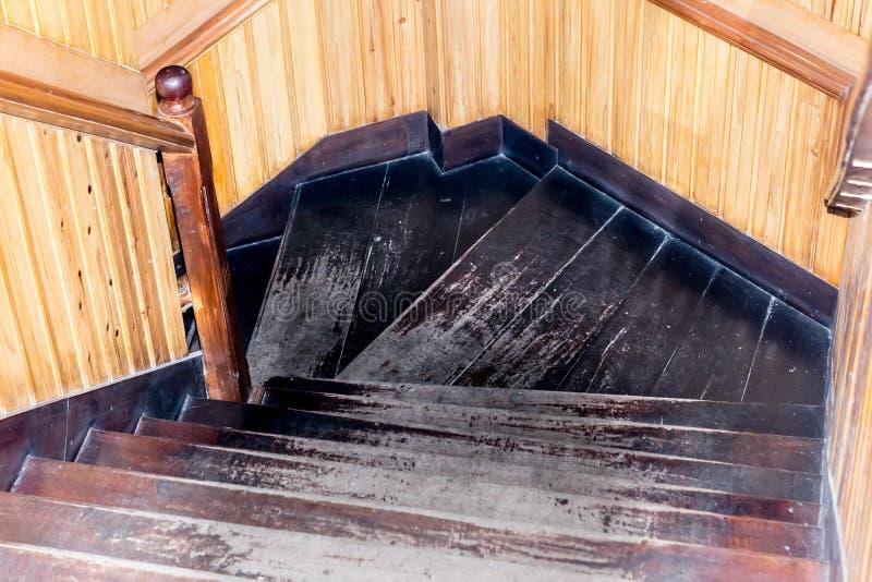 Escalera moderna del estilo con pasos de madera y la barandilla Interior de madera de los pasos del diseño de las escaleras mater foto de archivo