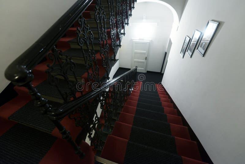 Escalera moderna en hotel imagen de archivo