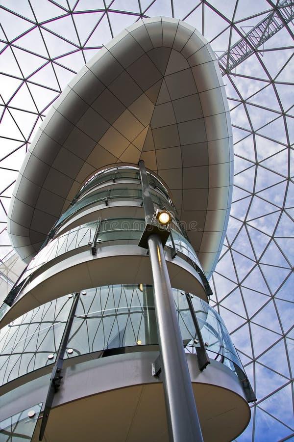 Escalera moderna que sube y elevador belfastban en a fotos de archivo