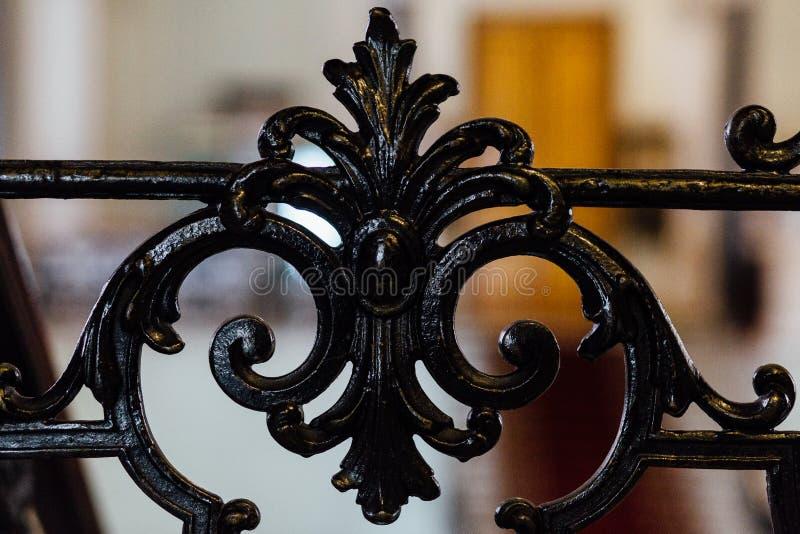 Escalera o cerca a cielo abierto de la verja del labrado-hierro negro viejo del vintage La pieza del fragmento El forjar, hecho a fotografía de archivo
