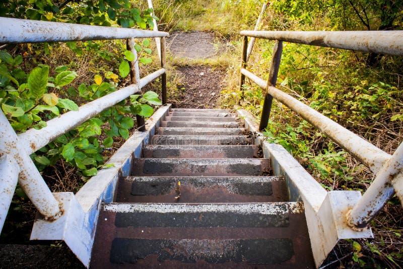Escalera oxidada al aire libre vieja fotos de archivo