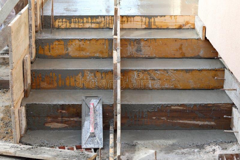 Escalera que hace en el emplazamiento de la obra foto de archivo