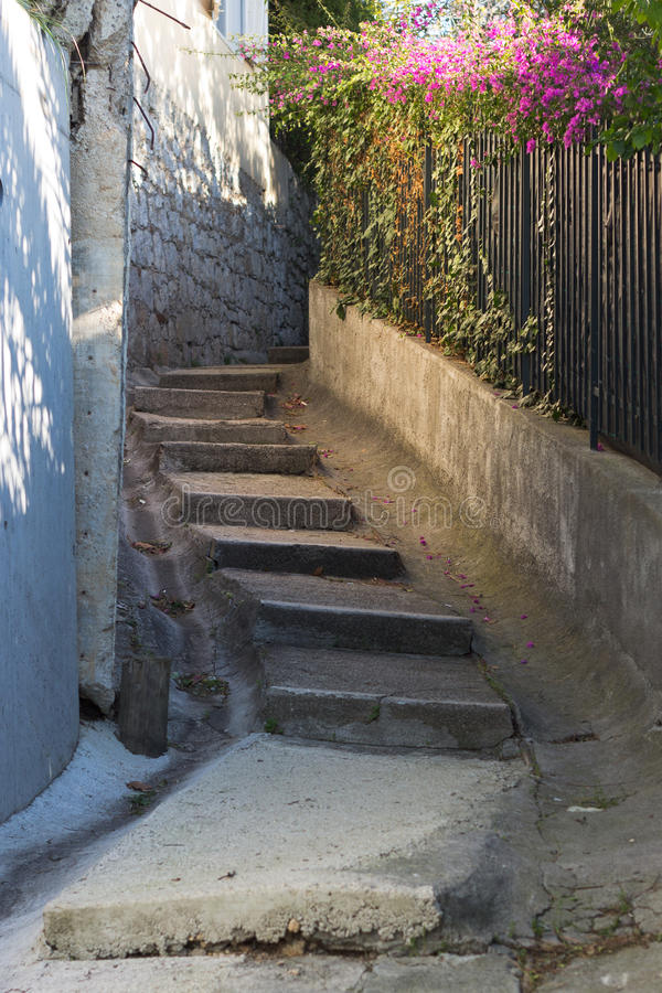 Escalera que sube en un camino imagen de archivo libre de regalías