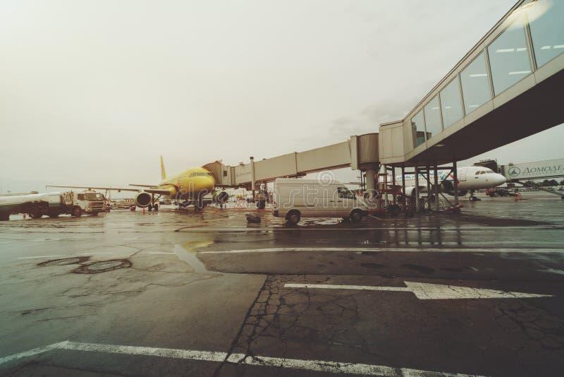 Escalera retractable en el aeropuerto de Domodedovo de Moscú foto de archivo libre de regalías