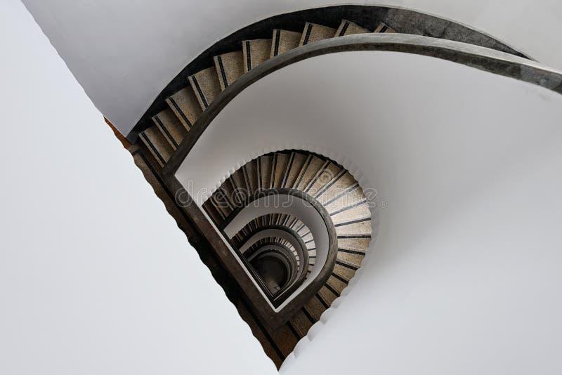 Escalera semicircular de la bobina imagenes de archivo