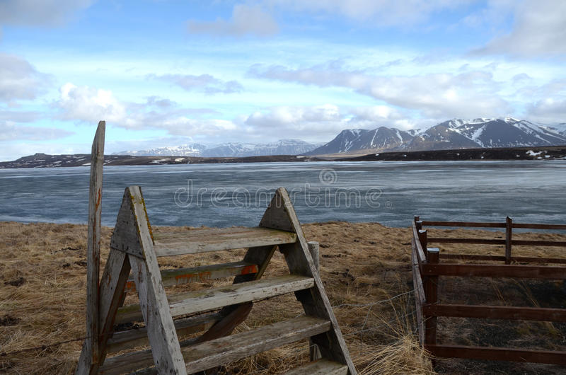Escalera sobre la cerca en Islandia imágenes de archivo libres de regalías
