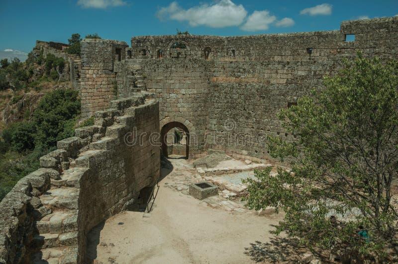 Escalera sobre la pared de piedra con el patio de la puerta delantera y del castillo fotografía de archivo libre de regalías