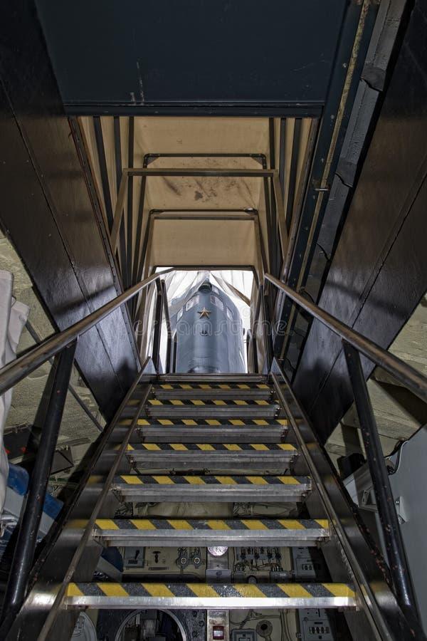 Escalera submarina de la salida a la torre exterior fotografía de archivo