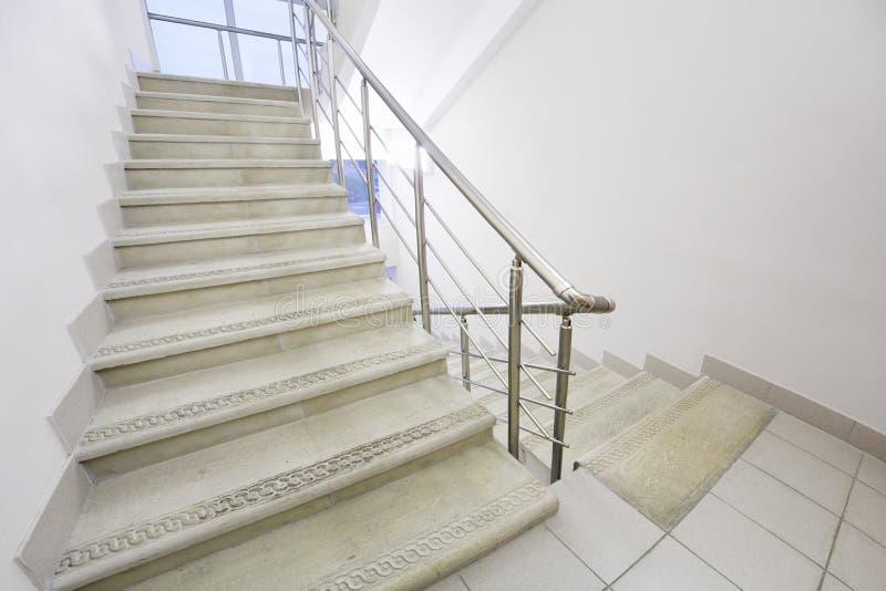 Escalera vacía con las verjas del metal foto de archivo libre de regalías