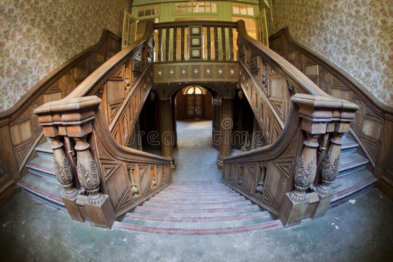 Escalera vieja de la mansión fotografía de archivo