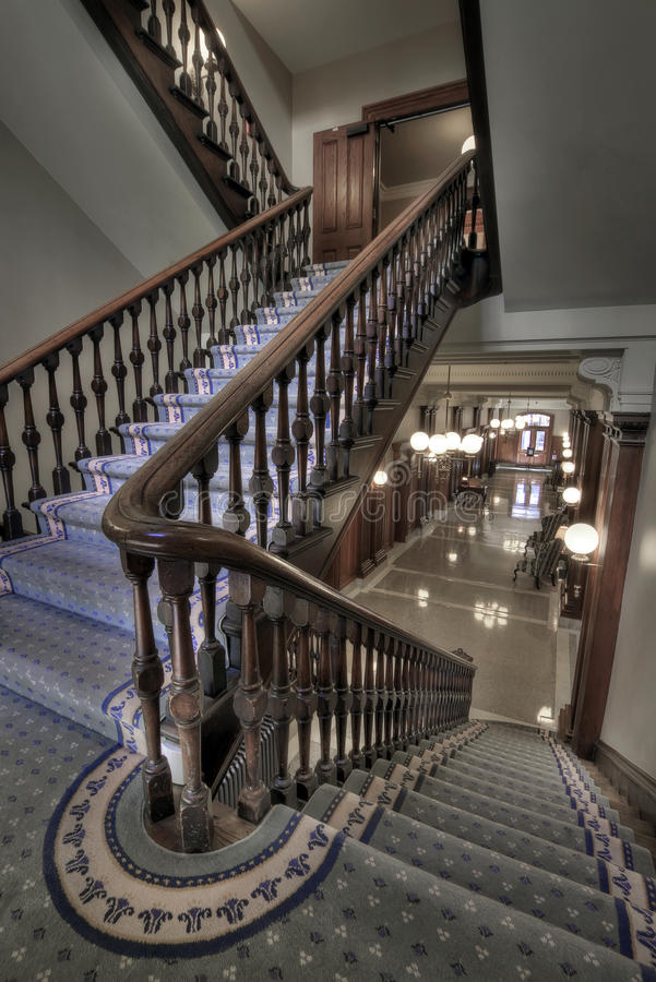 Escalera vieja en vestíbulo fotografía de archivo