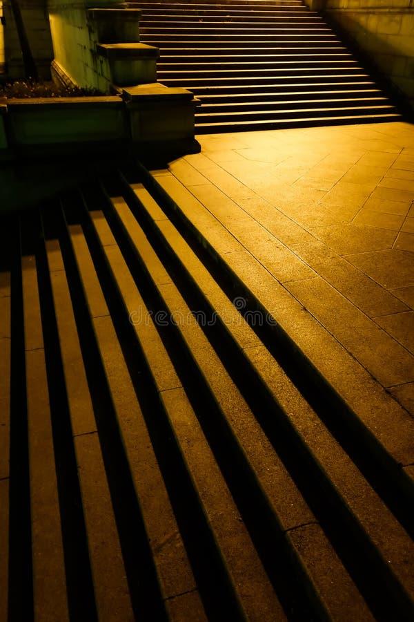 Escalera vieja iluminada, sombras, oro fotos de archivo