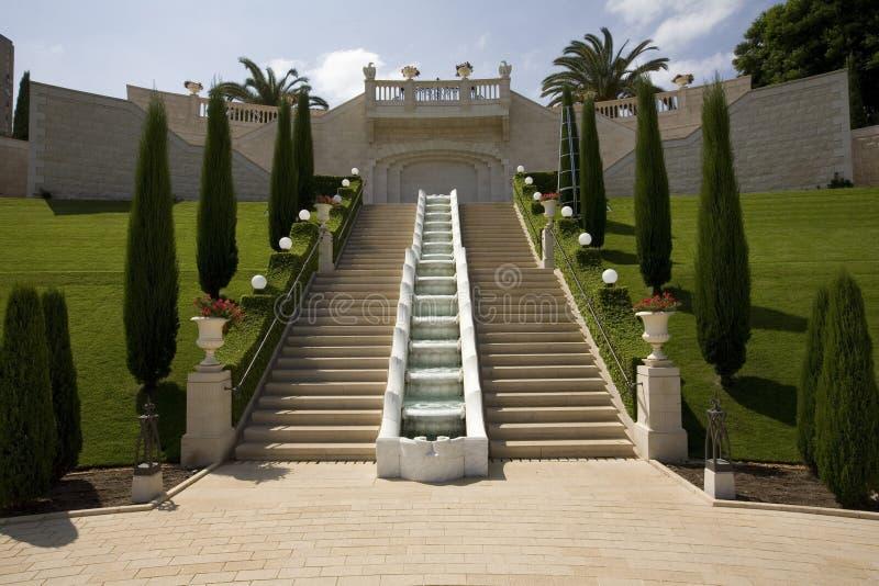 Escalera y fuente en los jardines Haifa de Baha'i foto de archivo libre de regalías