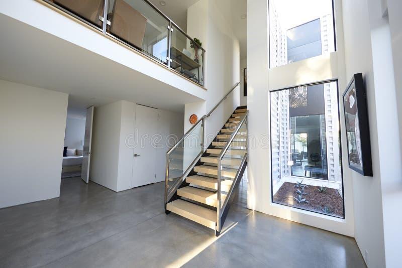Escalera y vestíbulo en hogar vacío elegante y contemporáneo fotografía de archivo libre de regalías