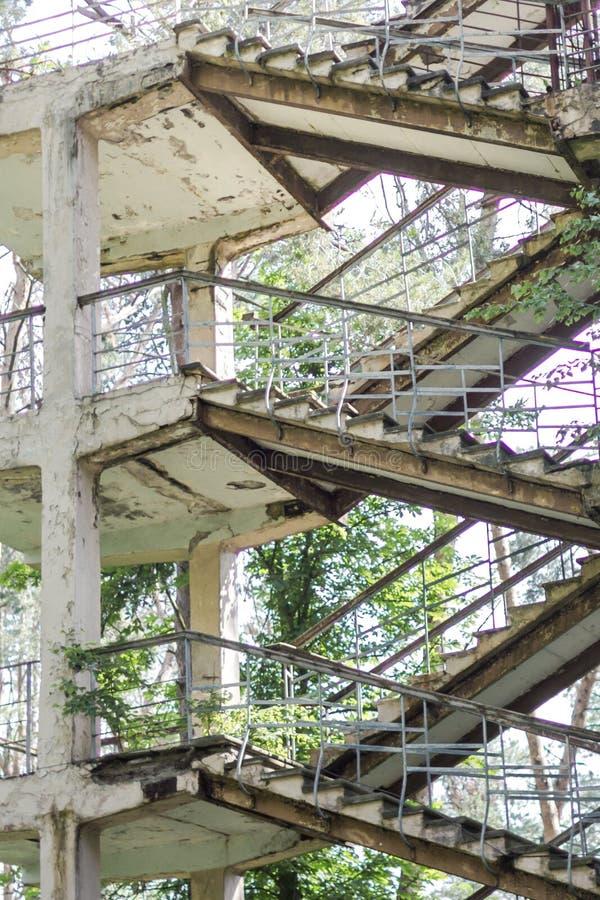 Escalera Zigzag en una casa en ruinas imagenes de archivo