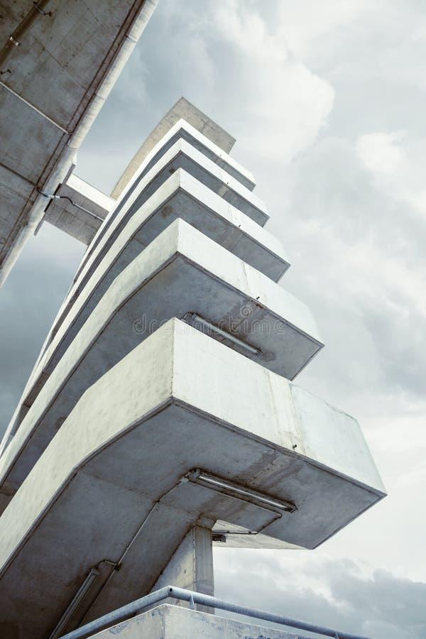 Escaleras al aire libre de la arquitectura moderna debajo del puente fotos de archivo