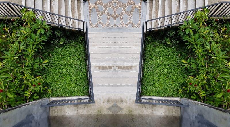 Escaleras al aire libre del cemento en el jardín verde Escalera moderna foto de la escalera de la simetría diseño exterior al air imagen de archivo libre de regalías