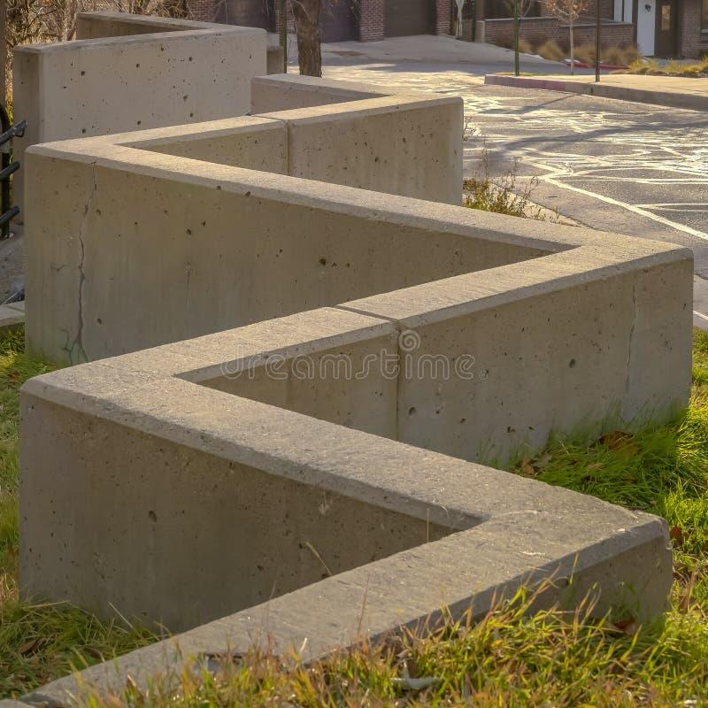 Escaleras al aire libre del marco cuadrado conectadas con un muro de cemento del zigzag en Salt Lake City fotos de archivo libres de regalías