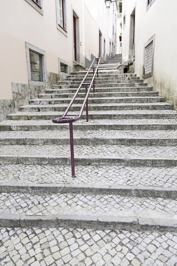 Escaleras antiguas en una calle en Lisboa imágenes de archivo libres de regalías