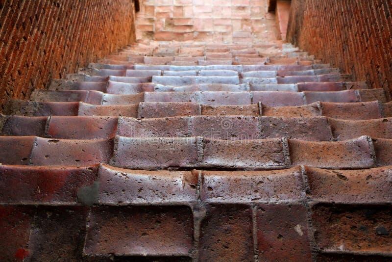 Escaleras antiguas que eso lleva al stupa imagen de archivo libre de regalías