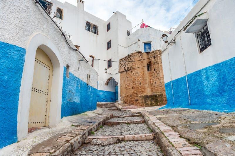 Escaleras azules del DES Oudaias de Kasbah en Rabat, Marruecos fotografía de archivo
