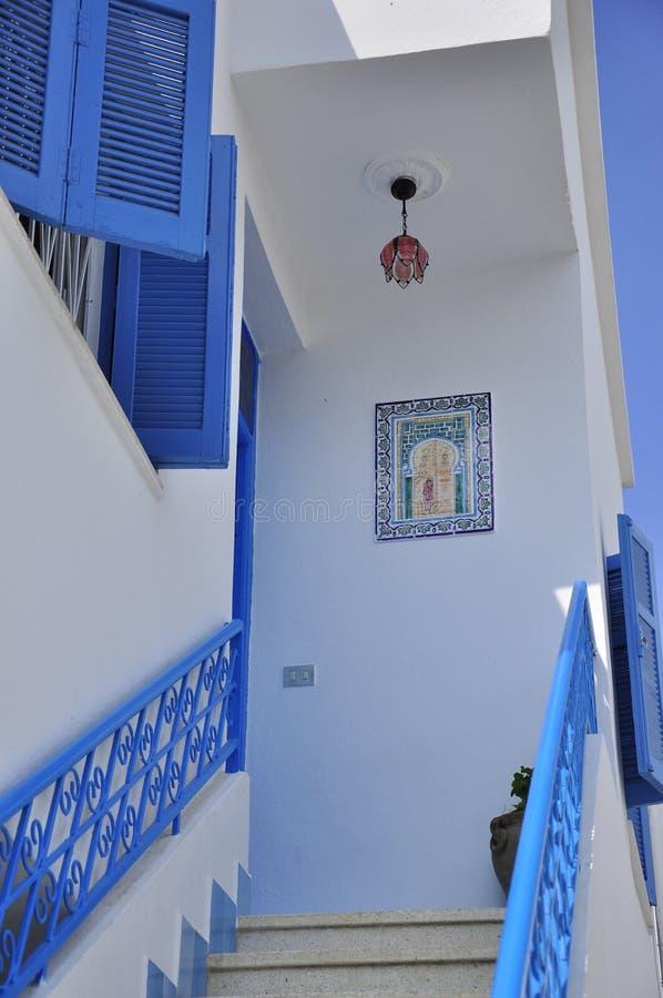 Escaleras azules en el sidi Bou Said Village de Túnez fotos de archivo