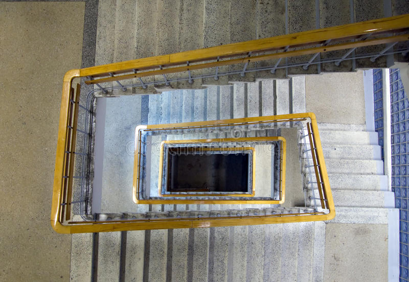 Escaleras bajo la forma de espiral rectangular fotografía de archivo