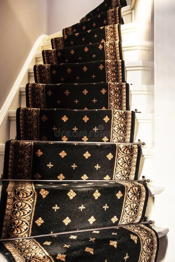 Escaleras blancas modernas con la alfombra del vintage fotos de archivo libres de regalías
