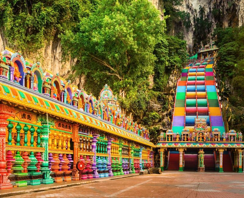 escaleras coloridas de las cuevas del batu malasia foto de archivo